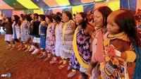 Penari perempuan berunjuk rasa bersama aktivis Greenpeace dan masyarakat adat di dekat gedung pemerintah. Ekonomi Brazil tengah berkembang, namun seiring dengan itu tekanan terhadap wilayah adat juga meningkat. (AFP/Evaristo Sa/wwn)