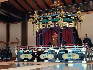 Perdana Menteri Jepang Shinzo Abe (kiri) memimpin sorakan 'banzai' kepada Kaisar Naruhito dalam upacara penobatan di Istana Kekaisaran, Tokyo, Jepang, Selasa (22/10/2019). Naruhito resmi menjadi Kaisar Jepang setelah melalui ritual penobatan. (Pool via AP)