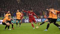 Pemain Liverpool Roberto Firmino (tengah) mencetak gol ke gawang Wolverhampton Wanderers pada pertandingan Liga Inggris di Molineux Stadium, Wolverhampton, Inggris, Kamis (23/1/2020). Liverpool menang 2-1. (Oli SCARFF/AFP)