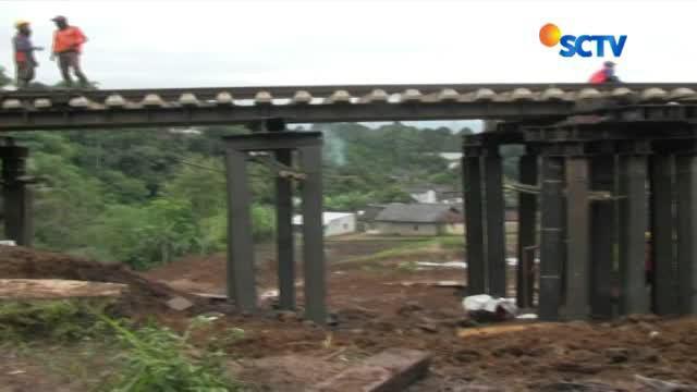 Pasca-longsor pekan lalu, ratusan pekerja PT KAI berkerja siang malam untuk memperbaiki jalur rela kereta jurusan Sukabumi-bogor yang ada di Desa Warung Menteng, Cijeruk.