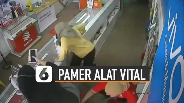 Terekam kamera Cctv pria pamer alat vital masuk toko. Hal itu membuat beberapa karyawati takut dan kabur lewat etalase.