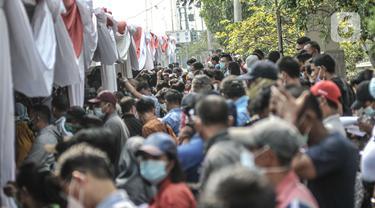 Antrean warga mengular saat mengikuti vaksinasi Covid-19 di Pelabuhan Sunda Kelapa, Jakarta, Kamis (10/6/2021). Pemerintah menggelar vaksinasi massal Covid-19 bagi pekerja pelabuhan dan masyarakat maritim. (merdeka.com/Iqbal S. Nugroho)