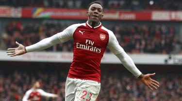 Pemain Arsenal, Danny Welbeck berselebrasi setelah mencetak gol ke gawang Southampton dalam lanjutan Pramier League 2017/2018 di Stadion Emirates, Minggu (8/4). Welbeck jadi pahlawan The Gunners lewat dua gol yang disumbangkannya. (Tim Goode/PA via AP)