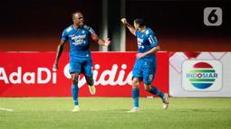 Selebrasi pemain Persib Bandung, Victor Igbonefo (kiri) usai menjebol gawang PS Sleman dalam pertandingan semifinal leg pertama Piala Menpora 2021 di Stadion Maguwoharjo, Sleman, Jumat (16/4/2021). Kemenangan itu menjadi modal Persib menghadapi leg kedua. (Bola.com/Ikhwan Yanuar)
