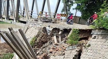 Jembatan Glendeng penghubung antar Kabupaten Tuban-Bojonegoro ditutup total (Liputan6.com/Ahmad Adirin)