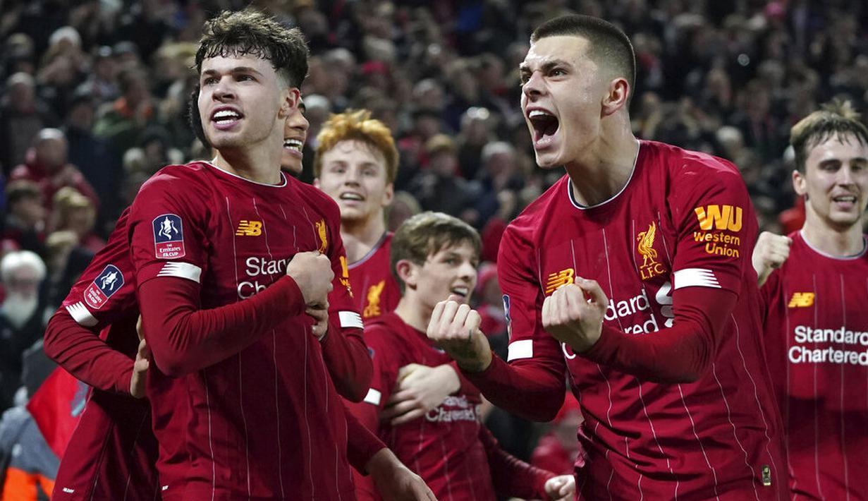 Para pemain Liverpool merayakan kemenangan atas Shrewsbury Town pada laga Piala FA di Stadion Anfield pada Rabu (5/2/2020). Pasukan muda Liverpool menang tipis 1-0 atas Shrewsbury Town. (AP/Jon Super)