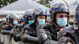 Polisi latihan simulasi antiterorisme dengan skenario insiden pengeboman di Quezon City, Filipina, 15 Desember 2020. Kepolisian Nasional Filipina menggelar latihan untuk menunjukkan kemampuan dalam memastikan keselamatan masyarakat pada musim liburan mendatang. (Xinhua/Rouelle Umali)