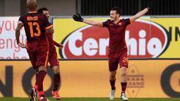 Alessandro Florenzi (kanan) menjadi salah satu pencetak gol kemenangan timnya pada pekan ke-24 Liga Serie A Italia.  (EPA/Filippo Venezia)
