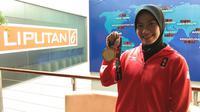 Defia Rosmaniar menunjukkan medali emas Asian Games 2018-nya saat bertandang ke SCTV Tower, Senin (20/8/2018) (LIputan6.com/Giovani Dio Prasasti)