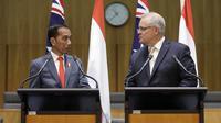 Presiden Joko Widodo (kiri) dan PM Australia Scott Morrison memberikan keterangan bersama di Gedung Parlemen di Canberra, Senin, (10/2/2020). Kedua pemimpin mengadakan pertemuan empat mata yang membahas berbagai hal. (AP Photo/Rick Rycroft)