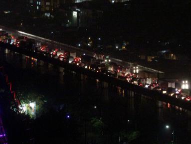 Sejumlah kendaraan terjebak kemacetan panjang di Jalan Tol Pelabuhan arah Tanjung Priok, Jakarta, Senin (9/2/2015). (Liputan6.com/Faizal Fanani)