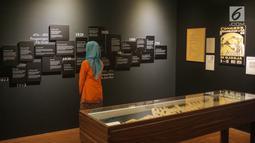Pengunjung melihat tulisan perjalanan sejarah Pangeran Diponegoro di  Kamar Diponegoro, Museum Sejarah, Jakarta, Senin (1/4). Kamar Diponegoro adalah salah satu ruangan yang digunakan pahlawan nasional, Pangeran Diponegoro (1785-1855) selama 26 hari penahanan. (Liputan6.com/Faizal Fanani)