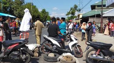 Warga memblokir jalan lintas Sumbawa-Bima usai gagal menjemput jenazah pasien Covid-19. (Foto: Liputan6.com/Miftahul Yani)