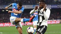 Gelandang Napoli, Allan, melepaskan tendangan saat melawan Juventus pada laga Serie A di Stadion San Paolo, Minggu (3/3). Juventus menang 2-1 atas Napoli. (AP/Cesare Abbate)