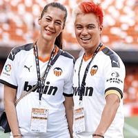 Baim Wong dan Paula Verhoeven juga pernah diundang untuk menyaksikan pertandingan La Liga di Mestalla Stadium pada pertengahan Agustus lalu. Pada saat itu, kehamilan Paula juga sudah terlihat dari kaus yang dikenakan. (Liputan6.com/IG/@paula_verhoeven)