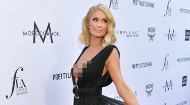 Aktris Paris Hilton berpose saat menghadiri The Daily Front Row ke-4 Annual Fashion Los Angeles Awards di Beverly Hills Hotel, California, AS (8/4). Paris Hilton tampil cantik dan seksi mengenakan gaun berwarna hitam. (AFP Photo/Neilson Barnard)