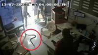 Pria Ini Sengaja Melepas Ular Kobra di SPBU (NDTV)