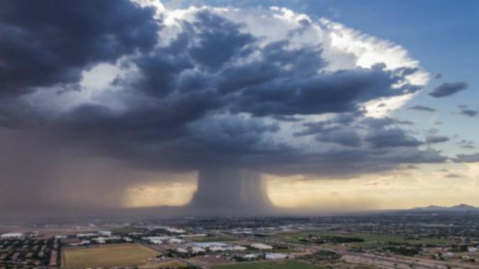 Fenomena langka microburst yang terjadi di Phoenix, Arizona (Twitter/Bruce Haffner)