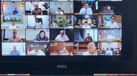 Rapat ini merupakan format baru yang diterapkan Jokowi, sejak para masyarakat diimbau untuk bekerja dari rumah. Sekretaris Kabinet Pramono Anung mengatakan rapat tersebut dimulai pukul 10.00 WIB. (dok. Setpres)