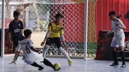 Pemain Swadharma FC melepaskan tendangan ke gawang Alaska FF pada Super Soccer Futsal Battle di Lapangan Blok S, Jakarta, Sabtu (15/9/2018). Sebanyak 32 tim yang berlaga merupakan tim yang lolos dari babak eliminasi. (Bola.com/M Iqbal Ichsan)