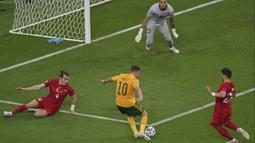 Pada menit keempat Aaron Ramsey mendapatkan peluang pertama lewat kerjasama apik bersama Gareth Bale. Sayangnya Ramsey tak mampu mengkonversi umpan Bale berkat kesigapan Ugurcan Cakir yang menghalau bola menggunakan kakinya. (Foto: AP/Pool/Dan Mullan)