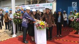 Jajaran direksi Elang Mahkota Teknologi (EMTEK) dan RS EMC Tangerang menekan tombol ketika groundbreaking gedung baru di Jalan Wahid Hasyim, Banten, Rabu (4/7). Pembangunan dilakukan di atas lahan sekitar 3.000 meter persegi. (Liputan6.com/Arya Manggala)