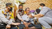 Pemberian vaksin Covid-19 di Pekanbaru oleh petugas medis. (Liputan6.com/M Syukur)