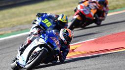 Pembalap Suzuki Ecstar, Alex Rins, memimpin balapan MotoGP Aragon, Spanyol, Minggu (18/10/2020). Alex Rins berhasil finis pertama dengan catatan waktu 41 menit, 54,391 detik. (AP Photo/Jose Breton)