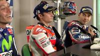 Pebalap Repsol Honda, Dani Pedrosa, hanya terdiam dengan tatapan mata kosong saat dua rider Movistar Yamaha, Valentino Rossi dan Jorge Lorenzo, terlibat adu argumen pada konferensi pers selepas balapan MotoGP San Marino, Minggu (11/9/2016)