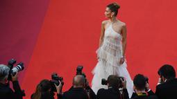 """Sejumlah fotografer mengabadikan model Bella Hadid saat tiba menghadiri pemutaran film """"Rocketman"""" di Festival Film Cannes edisi ke-72 di Cannes, Prancis (16/5/2019). (AFP Photo/Antonin Thuillier)"""