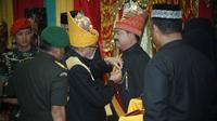 Panglima TNI Marsekal Hadi Tjahjanto menerima gelar kehormatan adat Aceh. (Foto: Istimewa)