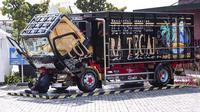 Modifikasi truk juga umum dilakukan oleh beberapa kalangan (JakartaWorks)