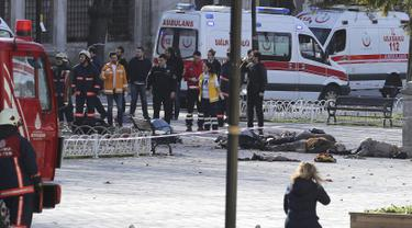 Petugas pemadam kebakaran dan ambulans berkumpul di lokasi ledakan yang mengguncang Sultanahmet Square di pusat kota Istanbul, Turki, Selasa (12/1). Ledakan ini menewaskan sekitar 10 orang dan 15 lainnya luka-luka. (REUTERS/Kemal Aslan)