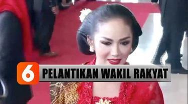 Salah satu diva Indonesia Krisdayanti, mengenakan kebaya anggun bewarna merah sesuai dengan warna partainya PDI-Perjuangan lengkap dengan aksesoris bros dan cincin.