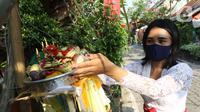Umat Hindu saat melaksanakan ritual persembahyangan Hari Raya Galungan di Kampung Bali, Bekasi Utara, Bekasi, Jawa Barat, Rabu (16/9/2020). Perayaan hari kemenangan kebenaran (Dharma) atas kejahatan (Adharma) tersebut dilakukan di kediaman masing-masing. (Liputan6.com/Herman Zakharia)
