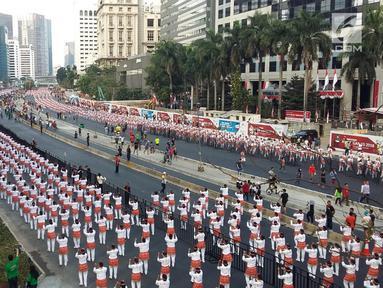 Suasana saat ribuan peserta mengikuti pemecahan rekor dunia atau Guinness World Record tari Poco-poco di sepanjang Jalan MH Thamrin-Sudirman, Jakarta, Minggu (5/8). Sebanyak 65 ribu peserta mengikuti acara akbar ini. (Liputan6.com/Pool/Biro Pers Setpress)