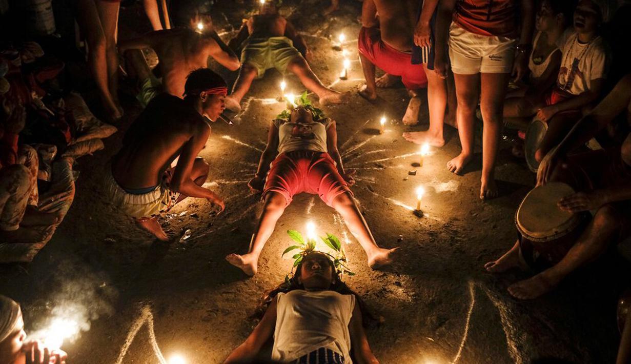 Pengikut aliran Maria Lionza mempraktikkan ritual di Gunung Sorte, Yaracuy, Venezuela, 12 Oktober 2021. Bersama dengan Santeria, Venezuela adalah rumah bagi agama-agama rakyat lainnya seperti Maria Lionza. (AP Photo/Matias Delacroix)