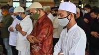 Jemaah melaksanakan ibadah salat Jumat di masjid Al Azhar di Jakarta (5/6/2020). Sejumlah masjid di Jakarta menggelar salat Jumat berjemaah setelah memasuki masa Pembatasan Sosial Berskala Besar (PSBB) transisi menuju new normal. (AFP/Adek Berry)