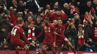 Pemain Liverpool, Georginio Wijnaldum (tengah), dan rekan-rekannya berselebrasi setelah mencetak gol ke gawang Barcelona pada leg kedua semifinal Liga Champions 2018-2019 di Anfield, Rabu (8/5/2019) dini hari WIB. (AFP/Oli Scarff)