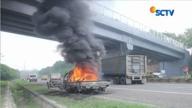 Api berkobar dengan cepat membakar mobil dengan nomor polisi F-8737 di rus Tol Cipularang.