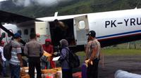 Distribusi BBM dan sembako ke wilayah Pegunungan Tengah, Papua, selalu dilakukan dengan pesawat udara. (Liputan6.com/Katharina Janur)