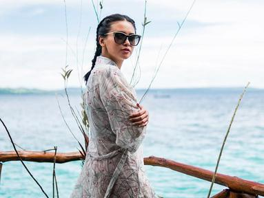 Momen Ayushita saat berlibur di Pulau Seram, Maluku. Menggunakan baju ala pantai yang dipadukan dengan kacamata hitam, penampilan wanita kelahiran Jakarta ini terlihat menawan. (Liputan6.com/IG/@ayushita)