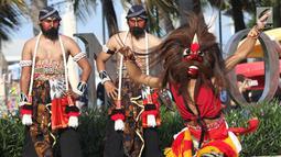 Penari Reog Ponorogo beraksi menghibur pengunjung Pantai Lagoon, Ancol, Jakarta, Sabtu (2/2). Dalam rangkaian Ancol Imlek Festival 2570, pengelola menampilkan beragam atraksi bertema energi semangat bersama . (Liputan6.com/Helmi Fithriansyah)