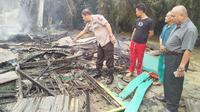 Lokalisasi di Jalan Maredan Pekanbaru dini hari tadi terbakar, meninggalkan misteri meninggalkan salah seorang PSK. (Liputan6.com/ M Syukur)