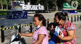 Warga melintas di samping instalasi karya seni kreasi pelaku ekonomi kreatif di Lapangan Banteng, Jakarta, Jumat (17/9/2021). Pemprov DKI memfasilitasi pemasangan instalasi karya seni kreasi pelaku ekonomi kreatif di sejumlah ruang publik Ibu Kota. (Liputan6.com/Johan Tallo)