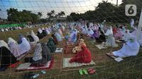 Warga melaksanakan salat Idul Adha di Lapangan Perumahan Sawangan Permai, Depok, Jawa Barat, Jumat (31/7/2020). Hari ini, seluruh umat muslim di dunia merayakan Idul Adha 1441 H yang dilanjutkan dengan pemotongan hewan kurban. (merdeka.com/Arie Basuki)