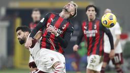 Gelandang AC Milan, Samu Castillejo bersaing memperebutkan bola dengan gelandang Torino, Tomas Rincon pada babak 16 besar Coppa Italia 2020/2021 di San Siro, Rabu (13/1/2021) dini hari WIB. Laga terkunci 0-0, AC Milan menang 5-4 atas Torino di babak adu penalti. (AP Photo/Antonio Calanni)
