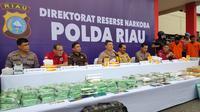Polda Riau memperlihatkan barang bukti sindikat narkoba internasional berupa sabu dan ekstasi. (Liputan6.com/M Syukur)