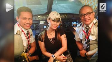 Saat berkunjung ke Bali, Maria Ozawa menyempatkan waktu untuk berfoto di kokpit pesawat bersama para pilot.