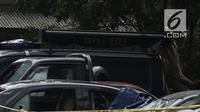 Kondisi mobil yang terparkir di halaman Mapolsek Ciracas, Jakarta, Rabu (12/12). Mobil yang dirusak saat penyerangan Polsek Ciracas di antaranya mobil polisi dan mobil Puspom Kodam. (Liputan6.com/Herman Zakharia)